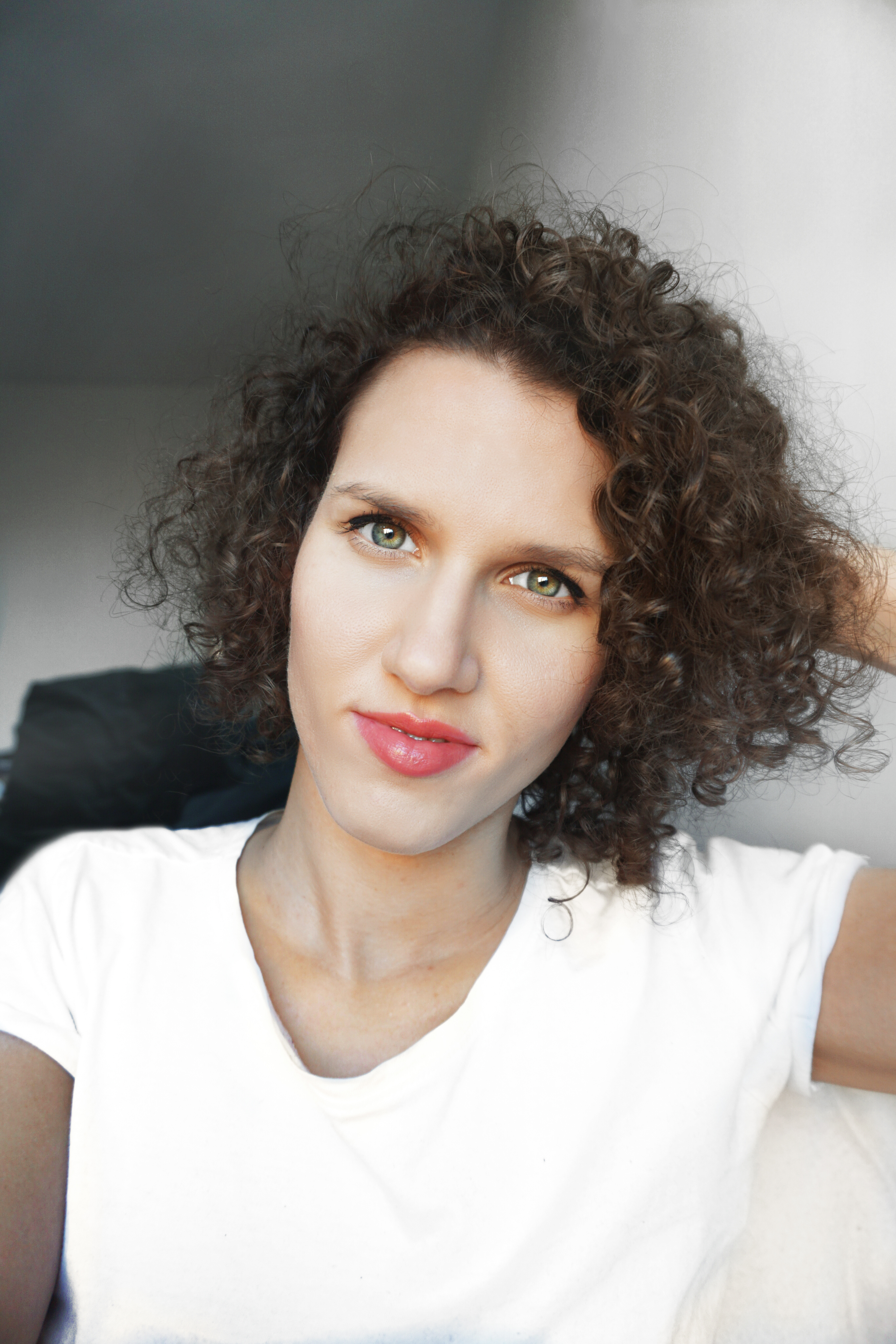 Oto ja dziewczyna z kręconymi włosami o zielonych oczach i białym t-shircie- O mnie - Meivy.pl
