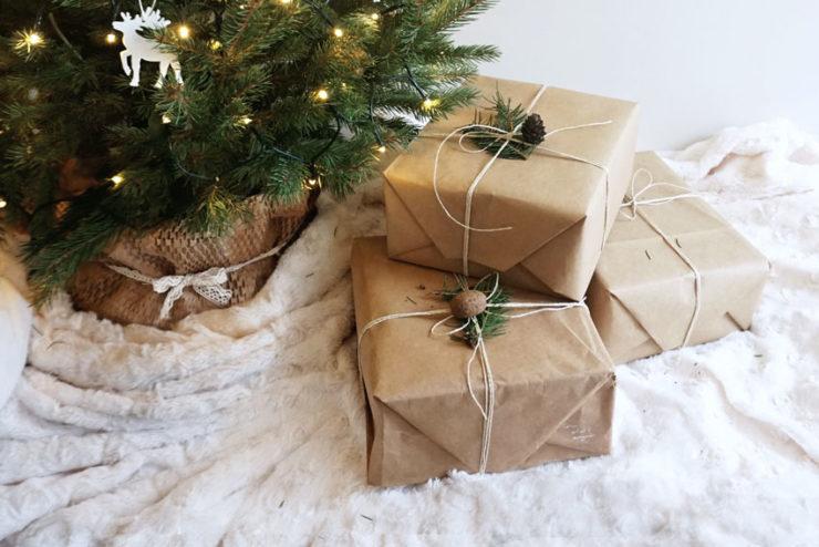 Prezenty przy choince na jasnym kocu. - Prezenty świąteczne DIY w duchu Zero Waste - Meivy.pl