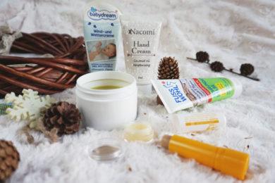 Kosmetyki na milutkim kocu, wśród szyszek.- Zimowy niezbędnik kosmetyczny. Naturalna pielęgnacja na zimę.- Meivy.pl